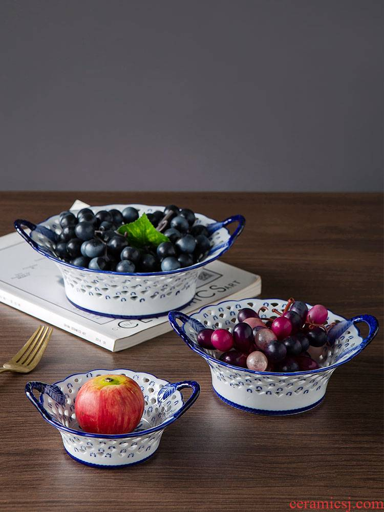 Modern confectionery keller - up fruit bowl of jingdezhen ceramic creative hollow out dish of the sitting room is blue and white porcelain furnishing articles compote