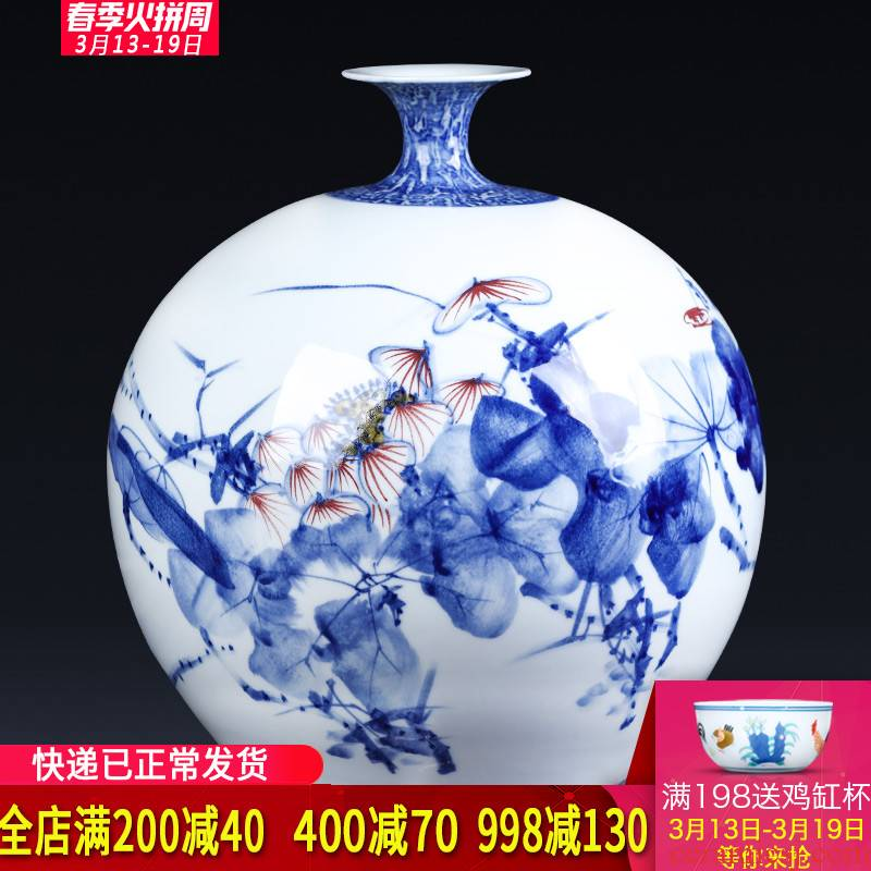 Jingdezhen ceramics master hand draw freehand brushwork in traditional Chinese blue and white porcelain vases, sitting room adornment of new Chinese style porch place