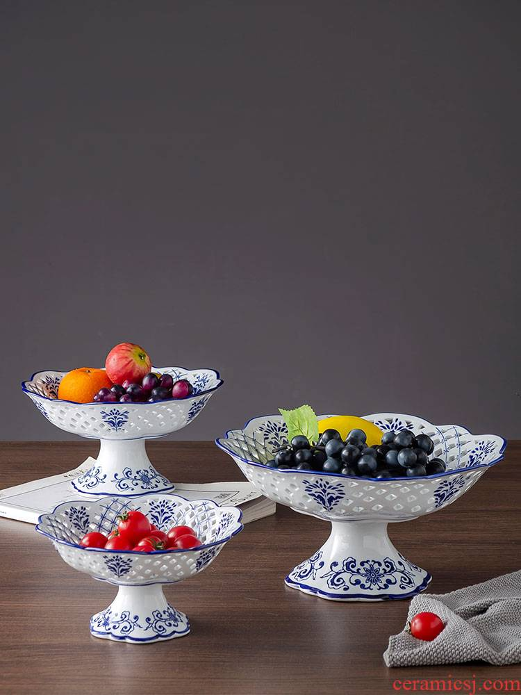 Blue and white ceramic hollow out of snack candy fruit bowl sitting room tea table plate of household of Chinese style classical compote furnishing articles