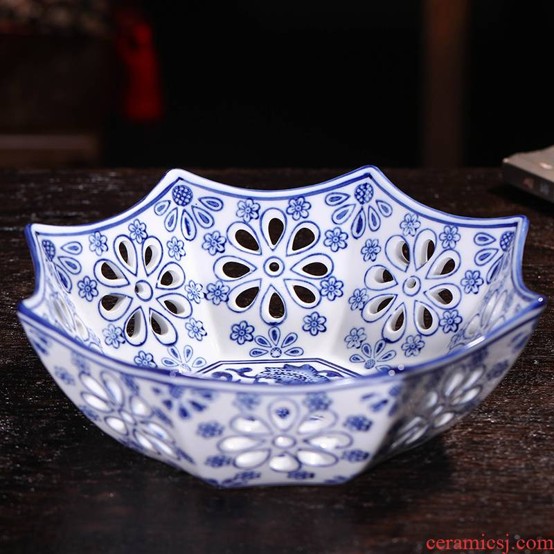 Jingdezhen hollow circular blue and white porcelain ceramic fruit bowl creative new Chinese style decoration ware tea table furnishing articles