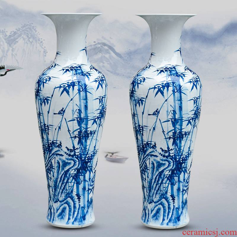 Jingdezhen ceramic masters hand draw large vases, furnishing articles now rising household decoration for the opening of the blue and white porcelain gifts