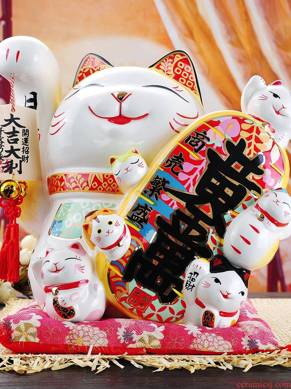 Opening gifts plutus cat furnishing articles super - sized ceramic piggy bank company store cashier at the front desk place a money - box