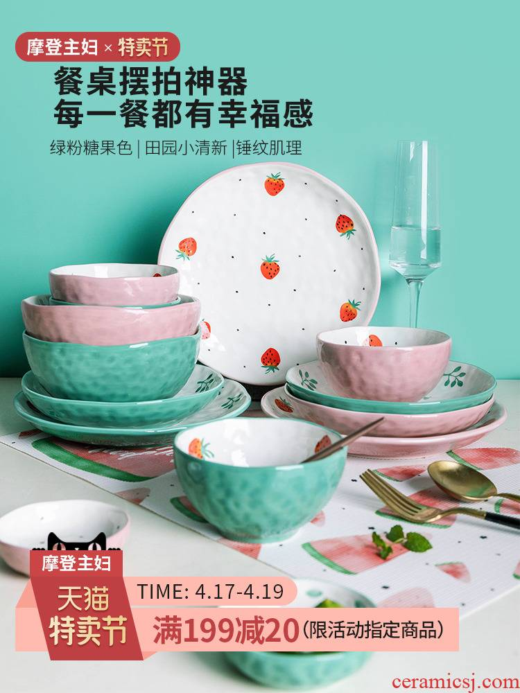 Modern housewives, lovely strawberry household ceramics tableware dishes creative Japanese job simple breakfast tray web celebrity