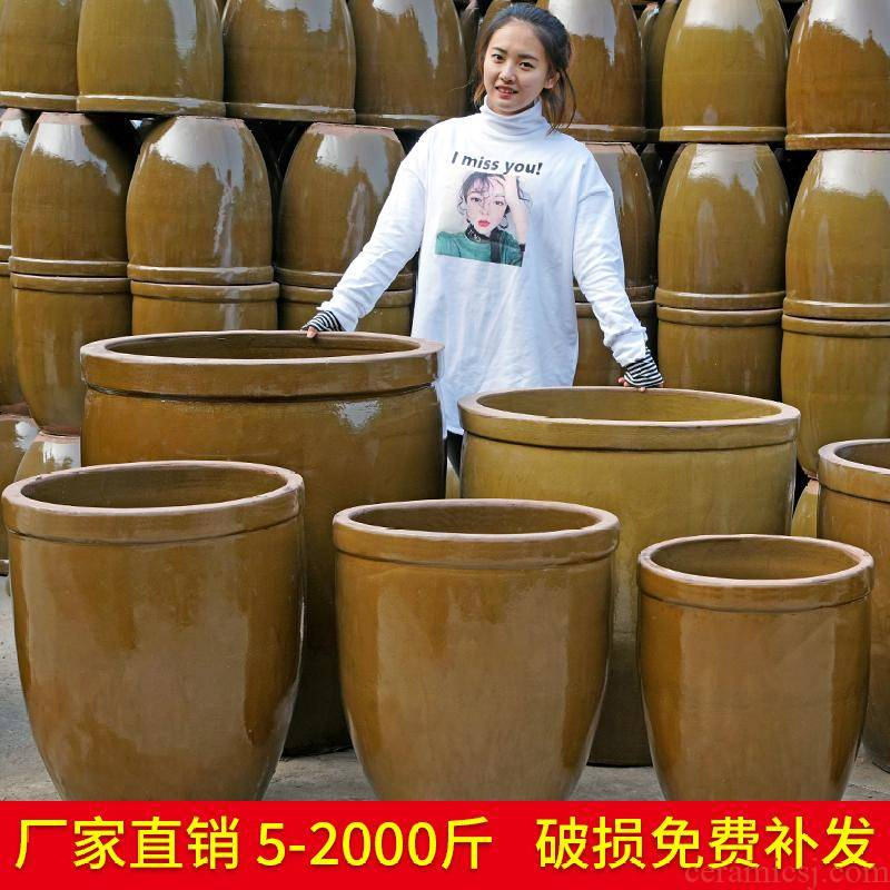Trapped large tank ceramic old earthenware fermentation sauerkraut pickled cylinder barrel coarse pottery small household water storage tank