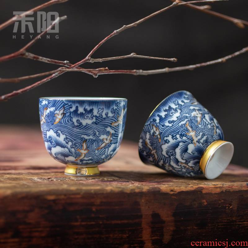 Blue and white porcelain cups send Yang kung fu tea set sample tea cup manually set of gold craft high dehua white porcelain cup master