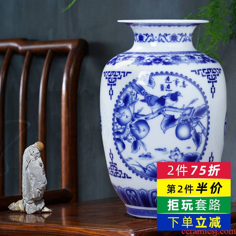 Blue and white porcelain of jingdezhen ceramics thin foetus and exquisite floret bottle of modern home living room TV ark adornment furnishing articles