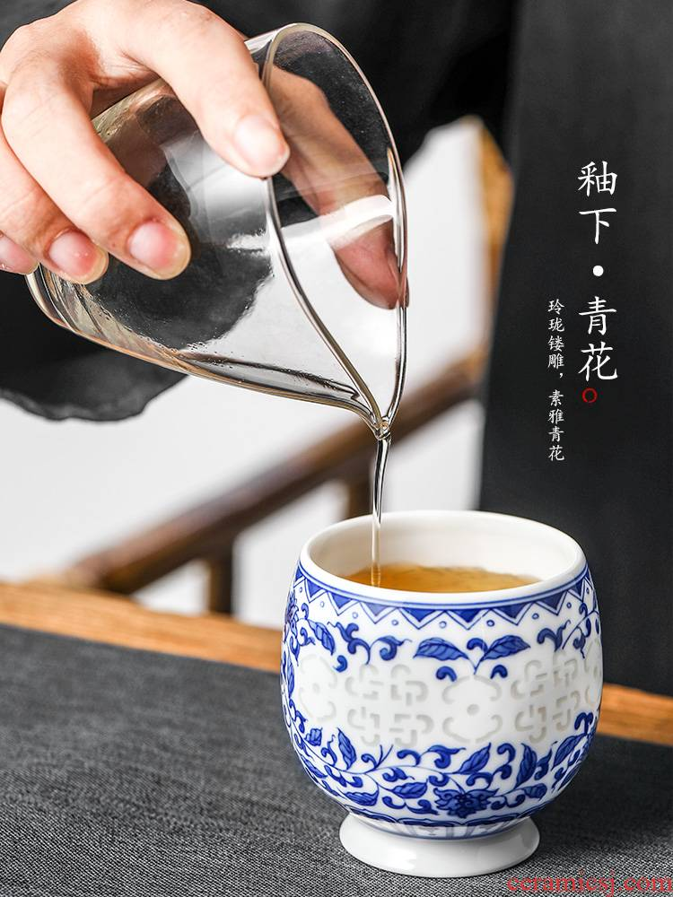 The Master cup single cup pure manual jingdezhen blue and white lotus flower kunfu tea white porcelain hand - made exquisite sample tea cup in use
