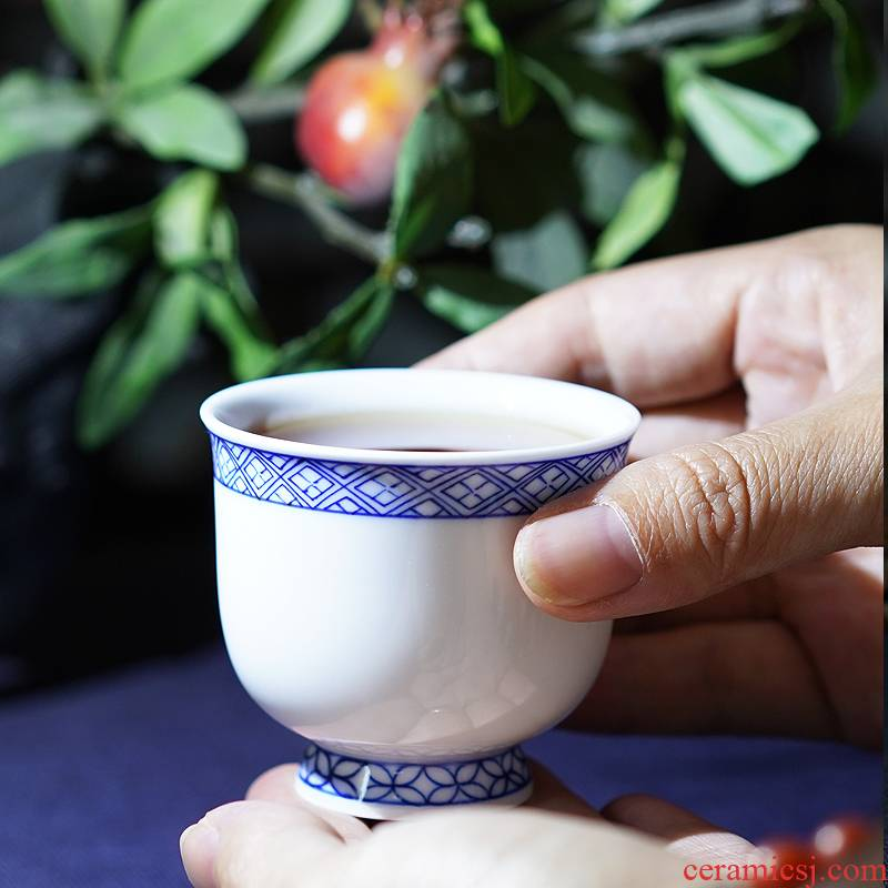 The Master of the blue and white porcelain cup single cup suit only hand - made of high - end checking ceramic jingdezhen kung fu tea sample tea cup
